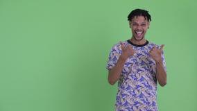 Giovane rappresentazione africana bella felice dell'uomo da appoggiare e sembrare eccitata stock footage