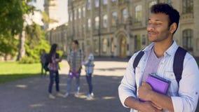 Giovane razza mista che gode dello studio all'università, politiche estere archivi video