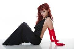 Giovane red-haired sexy in vestito da sera nero Fotografia Stock Libera da Diritti