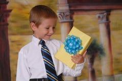 Giovane regalo immagini stock libere da diritti