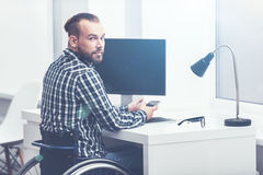 Giovane responsabile disabile che lavora nell'ufficio fotografia stock
