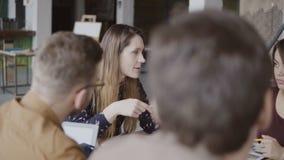 Giovane responsabile femminile che dà direzione al suo gruppo Gruppo di persone multietnico a pianificazione di mattina nell'uffi stock footage