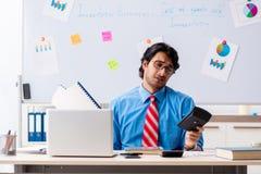 Giovane responsabile finanziario maschio che lavora nell'ufficio fotografia stock libera da diritti