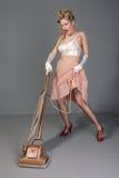 Giovane retro casalinga sveglia con l'aspirapolvere Fotografie Stock