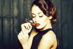 Giovane retro donna con i lipgloss fotografia stock