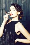 Giovane retro donna con i lipgloss fotografia stock libera da diritti