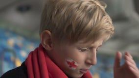 Giovane ribaltamento britannico del fan dopo perdita della partita, campionato di calcio, delusione video d archivio