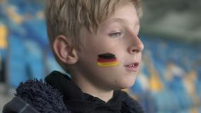 Giovane ribaltamento tedesco del fan dopo perdita della partita, campionato di calcio, supporto del gruppo video d archivio