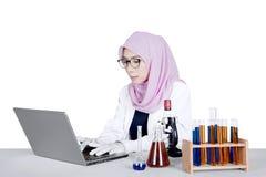 Giovane ricercatore che lavora al computer portatile Fotografia Stock Libera da Diritti