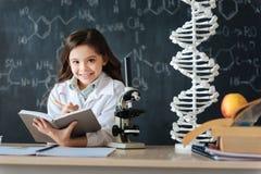Giovane ricercatore sorridente che studia scienza in laboratorio Immagine Stock