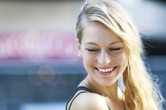 Giovane risata bionda della donna Fotografie Stock
