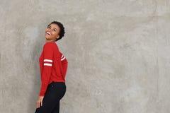 Giovane risata felice della donna di colore Immagine Stock