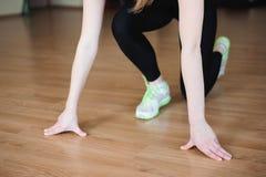 Giovane risolvere attraente della ragazza del modello di forma fisica, facente addestramento del peso Viste del piede fotografia stock libera da diritti