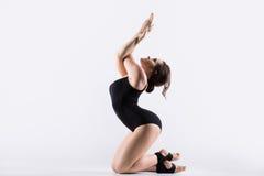 Giovane risolvere della donna della ginnasta immagini stock