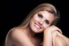 Giovane ritratto biondo di bellezza della donna con il sorriso bianco perfetto immagini stock libere da diritti