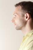 Giovane ritratto caucasico sorridente di profilo dell'uomo Fotografia Stock Libera da Diritti