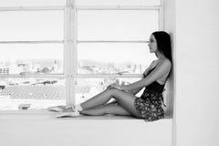 Giovane ritratto del ballerino di balletto al fondo della finestra Immagine Stock Libera da Diritti