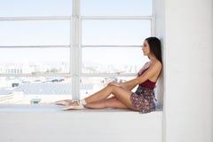 Giovane ritratto del ballerino di balletto al fondo della finestra Immagini Stock Libere da Diritti