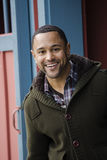 Giovane ritratto dell'uomo di colore in porta blu Fotografia Stock