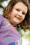 Giovane ritratto della bambina che esamina e che sorride la macchina fotografica Immagine Stock Libera da Diritti