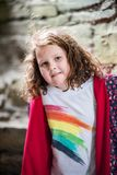 Giovane ritratto della bambina che esamina e che sorride la macchina fotografica Fotografia Stock Libera da Diritti
