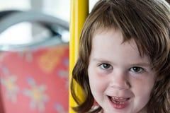 Giovane ritratto della bambina che esamina e che sorride la macchina fotografica Immagini Stock Libere da Diritti