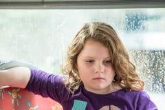 Giovane ritratto della bambina che esamina qualcosa Fotografia Stock Libera da Diritti