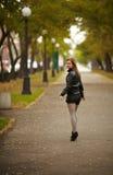 Giovane ritratto della donna del brunette nel colore di autunno Immagine Stock Libera da Diritti