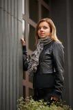 Giovane ritratto della donna del brunette nel colore di autunno Fotografie Stock Libere da Diritti