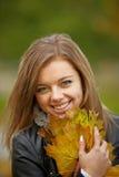 Giovane ritratto della donna del brunette nel colore di autunno Fotografia Stock Libera da Diritti