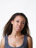 Giovane ritratto della donna di colore con le parentesi graffe Immagine Stock