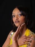 Giovane ritratto della donna di colore contro priorità bassa scura Immagini Stock