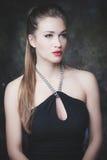 Giovane ritratto di bellezza della donna elegante immagini stock libere da diritti
