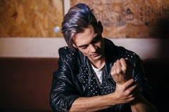 Giovane ritratto di modello dell'uomo di modo Tirante bello hairstyle fotografie stock libere da diritti