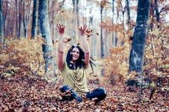 Giovane ritratto europeo di autunno della donna con i lotti di fogliame immagine stock libera da diritti