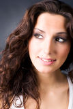 Giovane ritratto sorridente della donna del brunette fotografia stock libera da diritti