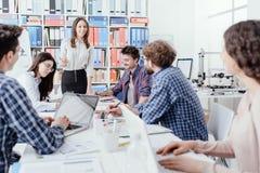 Giovane riunione del gruppo di affari nell'ufficio fotografia stock libera da diritti