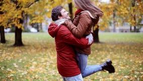 Giovane riunione felice delle coppie nel parco di autunno video d archivio