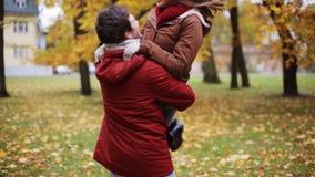 Giovane riunione felice delle coppie nel parco di autunno stock footage