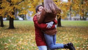 Giovane riunione felice delle coppie nel parco di autunno archivi video