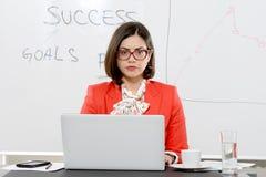 Giovane riuscita donna di affari alla scrivania Fotografia Stock
