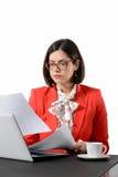 Giovane riuscita donna di affari che legge un documento Immagine Stock