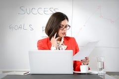 Giovane riuscita elaborazione multitask della donna di affari Fotografia Stock