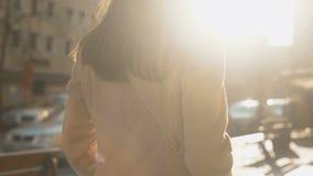 Giovane riuscita femmina che cammina in via soleggiata di autunno, servizio turistico stock footage