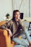 Giovane riuscito blogger o donna di affari che lavora a casa online con il computer portatile e la tazza di caffè di mattina Fotografie Stock