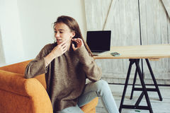 Giovane riuscito blogger o donna di affari che lavora a casa online con il computer portatile e la tazza di caffè di mattina Fotografia Stock Libera da Diritti