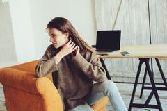 Giovane riuscito blogger o donna di affari che lavora a casa online con il computer portatile e la tazza di caffè di mattina Fotografia Stock