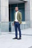 Giovane riuscito uomo africano di affari all'aperto di estate immagini stock libere da diritti