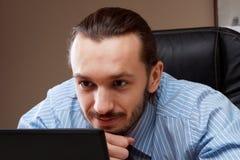 Giovane riuscito uomo di affari che lavora all'ufficio Immagini Stock Libere da Diritti