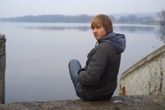 Giovane riva del lago del ragazzo Fotografia Stock Libera da Diritti